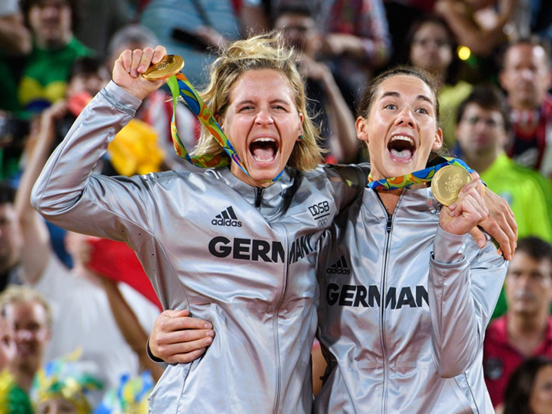 Laura Ludwig (l.) and Kira Walkenhorst won the Olympic beachvolleyball contest.