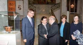 Johannes Wessels handed over the Skyphos to representatives of the Greek Ministr