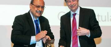Rahul Pandit (l.), Chairman of the IUPAP Commission for Statistical Physics, pre