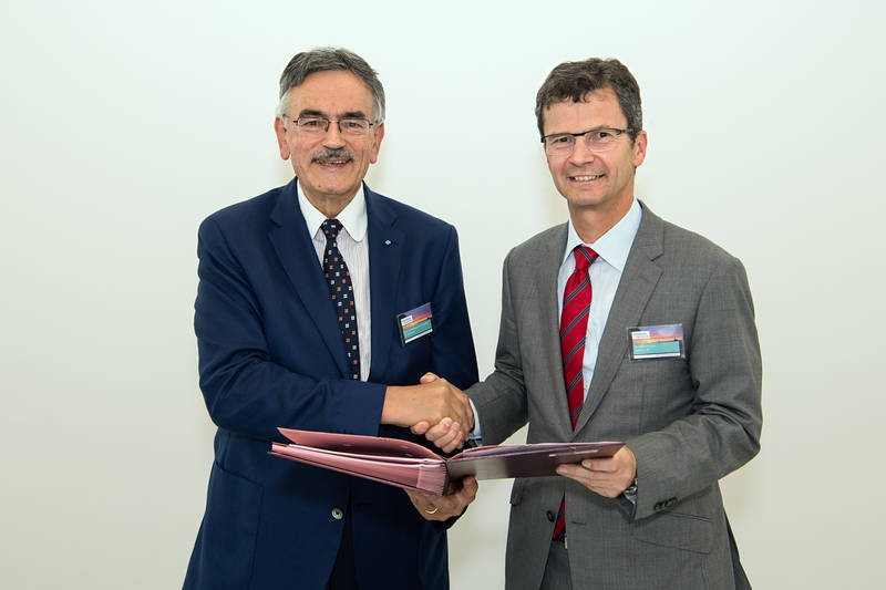Norbert Gaus of the Siemens AG (right) and TUM President  Wolfgang A. Herrmann a
