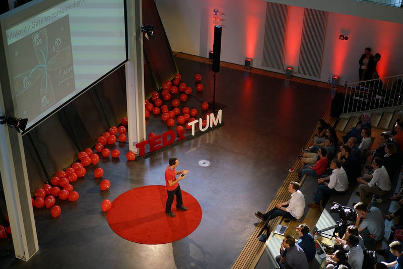Markus Becherer from the TUM Chair of Nanoelectronics on the TEDxTUM stage. (Pic